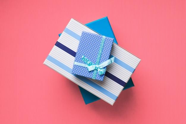 Pile de coffrets cadeaux sur corail rose Photo Premium