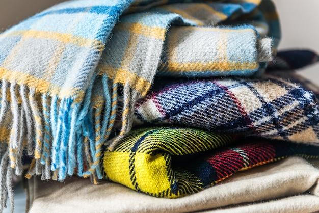 Pile de couvertures de laine Photo Premium