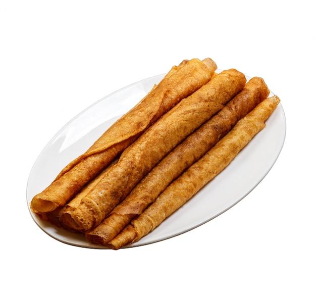 Pile de délicieuses crêpes sur assiette isolé Photo Premium