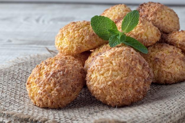 Pile De Délicieux Biscuits à La Noix De Coco Sur Une Table En Bois Blanc, Gros Plan Photo Premium