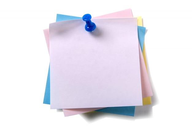 Pile désordonné tas notes de post-it diverses couleurs avec punaise isolé sur blanc Photo gratuit