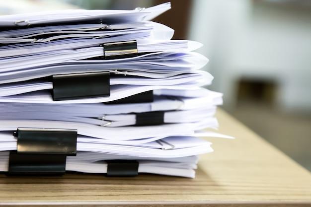Pile de documents sur le bureau. Photo Premium