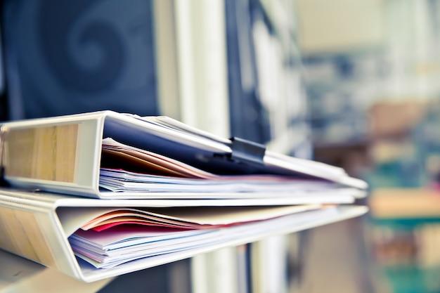 Pile De Documents Avec Des Clips Noirs Dans Les Dossiers S'empilent. Photo Premium