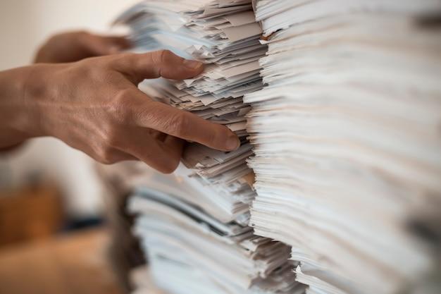 Pile de documents commerciaux en papier de bureau. Photo Premium