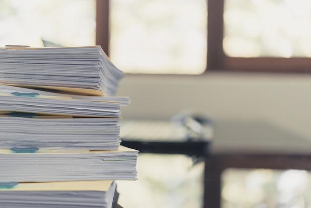 Pile de documents inachevés sur le bureau, pile de papier d'affaires Photo Premium