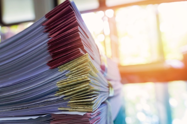 Pile de documents inachevés sur un bureau, pile de papier d'affaires Photo Premium
