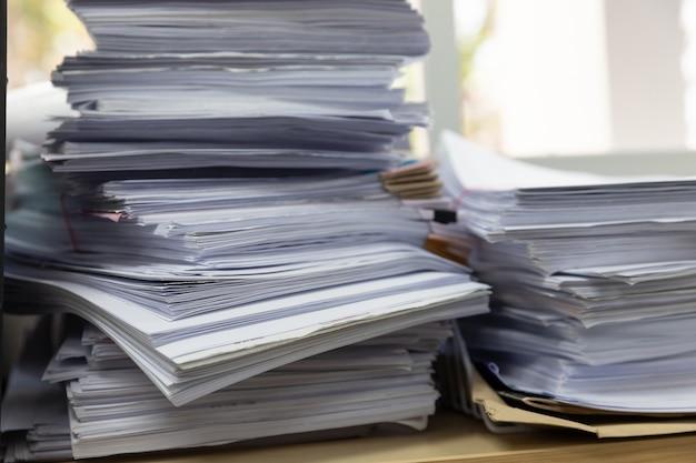 Pile De Documents Non Finis Sur Le Bureau Photo Premium