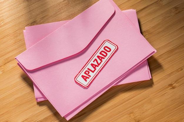 Pile D'enveloppe Avec Message Reporté Sur Le Bureau Photo gratuit