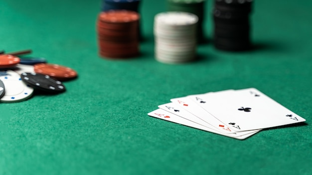Pile de frites et quatre as sur la table. concept de jeu de poker Photo Premium