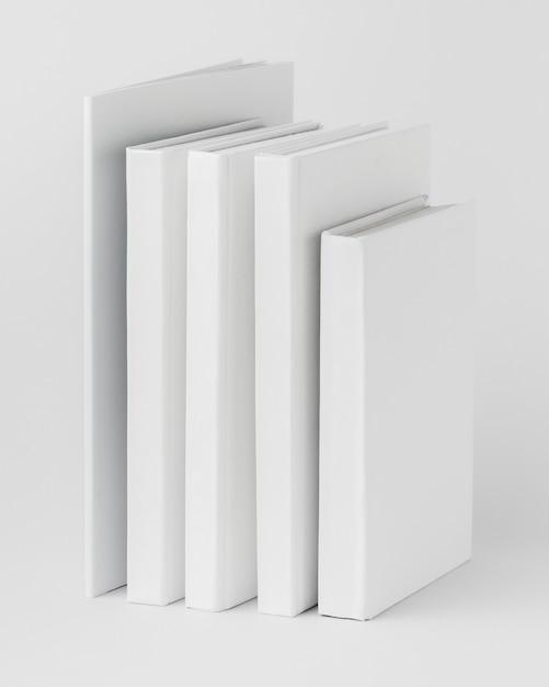 Pile De Livres Alignés Sur La Table Photo gratuit