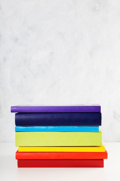 Pile De Livres Colorés Arc-en-ciel Photo Premium