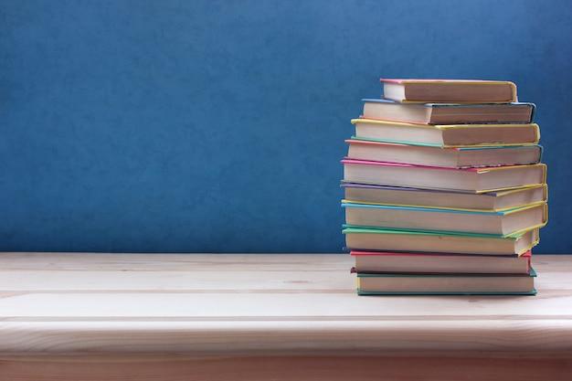 Pile de livres en couleur couvre sur une table en bois. Photo Premium