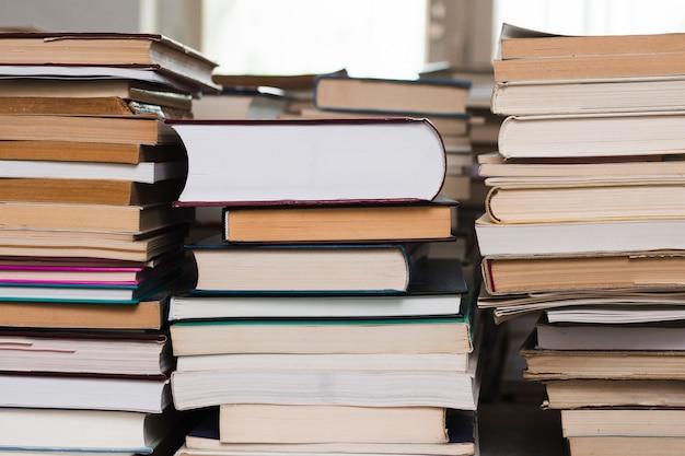 Pile De Livres Dans Une Librairie Photo gratuit