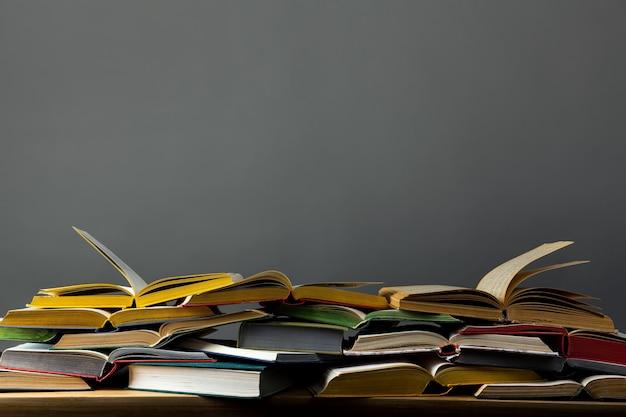 Pile De Livres Ouverts Sur La Table Photo Premium
