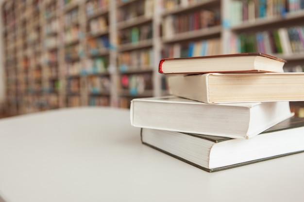 Pile De Livres Sur La Table à La Bibliothèque Photo Premium