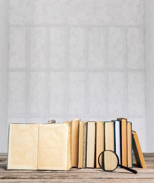 Une pile de livres sur une table en bois Photo Premium
