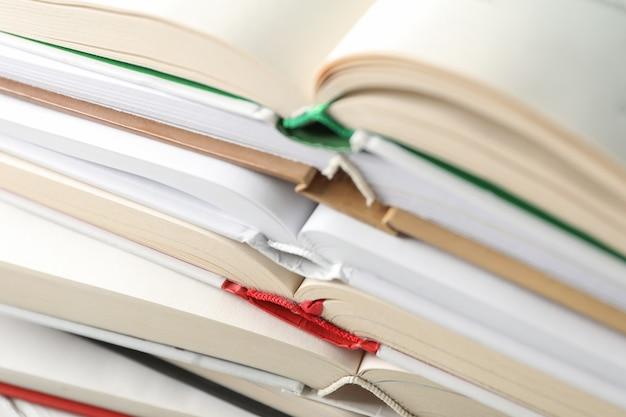 Pile De Livres Sur Tout L'espace, Gros Plan. Développement Personnel Photo Premium