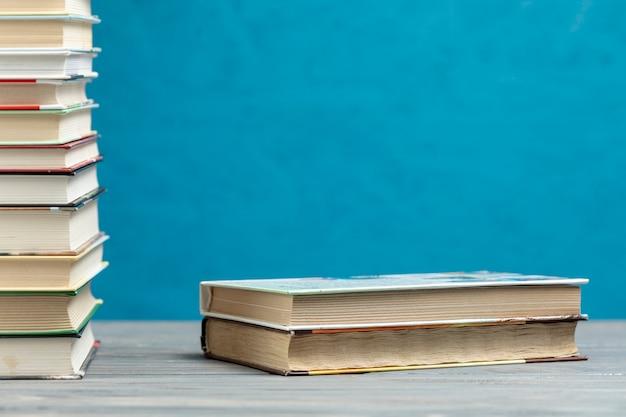 Pile de livres vue de face avec espace de copie Photo gratuit