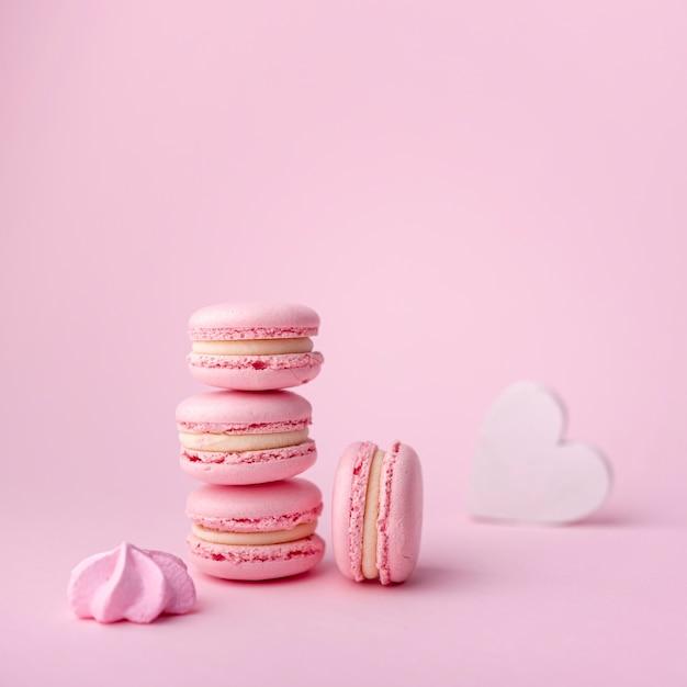 Pile De Macarons Avec Meringue Et Coeur Photo gratuit