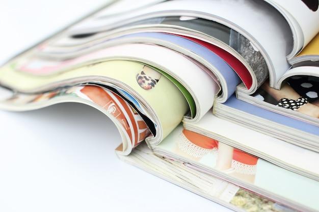 Pile de magazines sur fond blanc Photo Premium