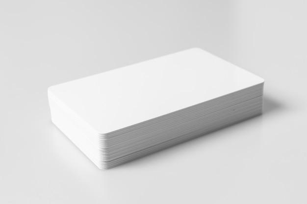 Pile De Maquette De Cartes De Crédit Vierge Blanc Sur Fond Blanc. Photo Premium
