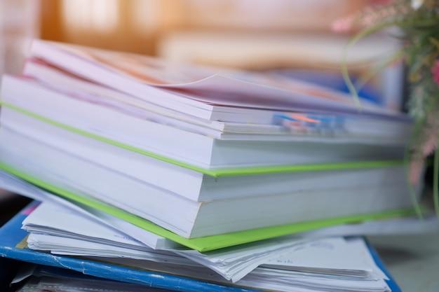 Pile de papier, pile de documents inachevés sur des dossiers de bureau aux fonctions commerciales Photo Premium