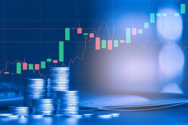 Pile De Pièce En Argent Avec Graphique Commercial, Concept D'investissement Financier Photo Premium