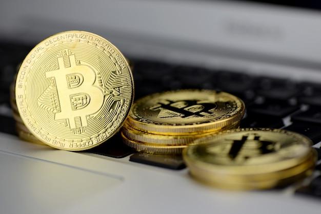 Pile de pièces bitcoin sur clavier d'ordinateur portable Photo Premium