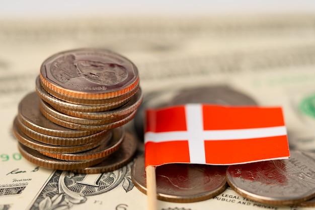Pile De Pièces Avec Drapeau Du Danemark Sur Fond De Dollar Américain. Photo Premium