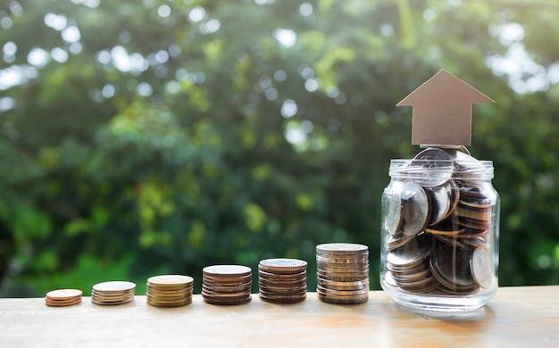 Pile de pièces, économiser de l'argent en grandissant pour une idée de concept commercial et financier Photo Premium