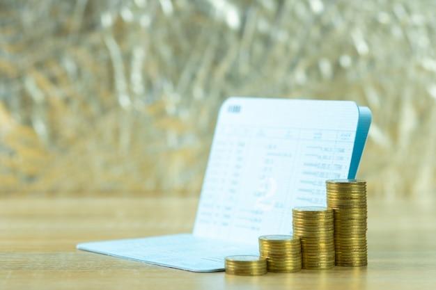 Pile de pièces avec livre de compte Photo Premium