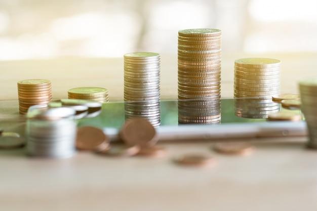 Pile de pièces de monnaie permettant d'économiser de l'argent et des revenus ou des idées d'investissement et la gestion financière. Photo Premium