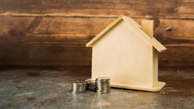 Pile de pièces près de la maison en bois sur le sol Photo gratuit