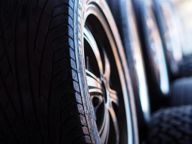 Pile de pneus neufs dans le service d'installation de pneus. Photo Premium