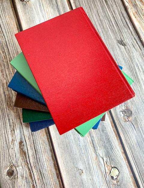 Pile de romans sur plancher en bois Photo Premium