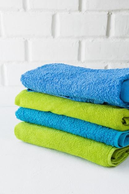 Pile de serviettes douces propres sur fond blanc Photo Premium