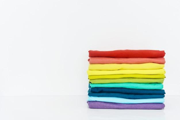 Pile De T-shirt Coloré Sur Fond Blanc Photo Premium