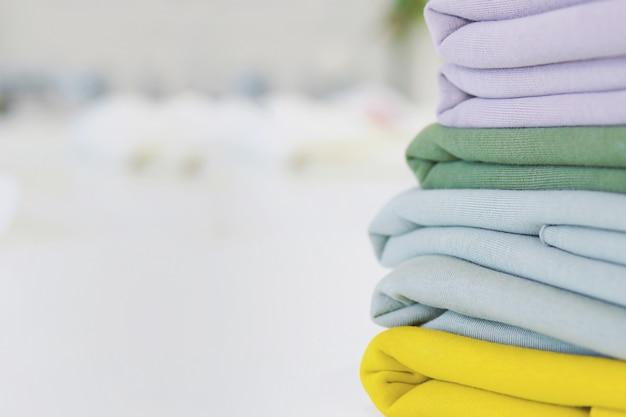 Pile de tissus à coudre sur la table. tissus multicolores à personnaliser. un tas de tissus à coudre Photo Premium