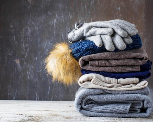 Pile de vêtements tricotés chauds Photo Premium
