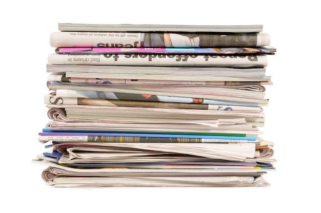 Pile de vieux journaux et magazines Photo gratuit
