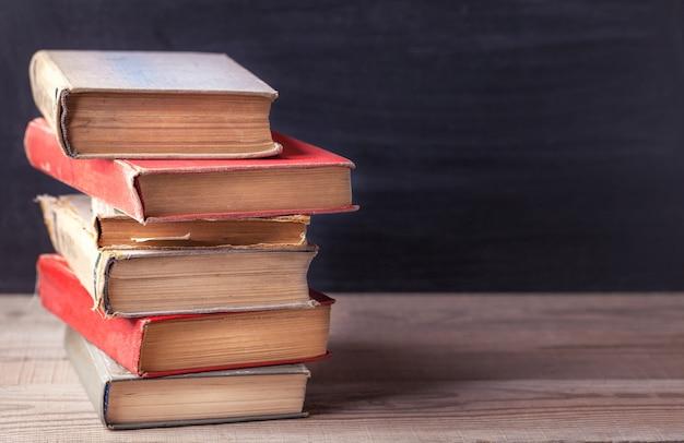 Pile de vieux livre vintage sur une table en bois rustique. Photo Premium