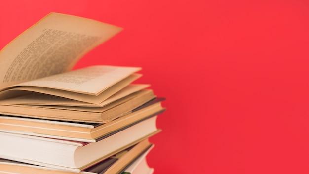 Pile de vieux livres à couverture rigide Photo gratuit