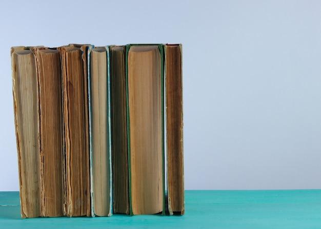 Pile De Vieux Livres Sur Une étagère Contre Un Mur Blanc Photo Premium
