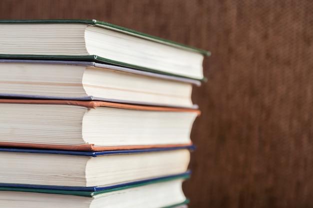 Pile de vieux livres Photo Premium