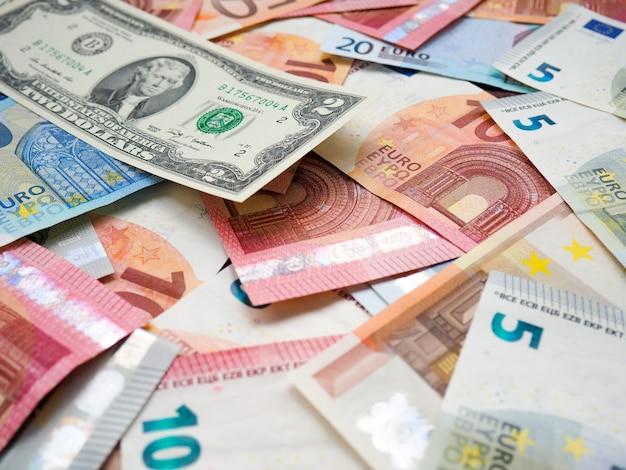 Les piles d'euros et de dollars Photo Premium