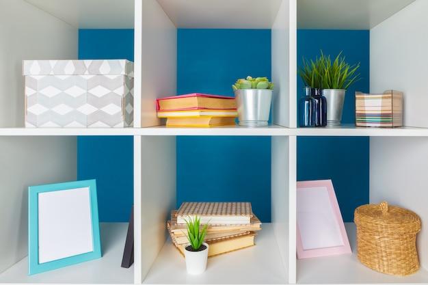 Piles de fournitures et de documents dans le bureau et les étagères Photo Premium