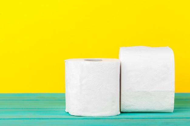 Piles de papier toilette Photo Premium