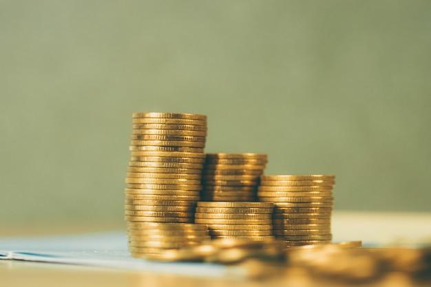 Piles de pièces et livre de comptes Photo Premium