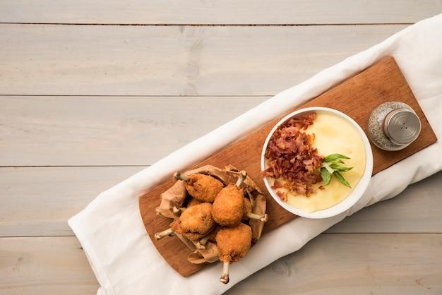 Pilons appétissants et purée de pommes de terre à bord Photo gratuit