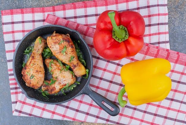 Pilons De Poulet Grillé Sur La Poêle Avec Des Poivrons. Photo gratuit